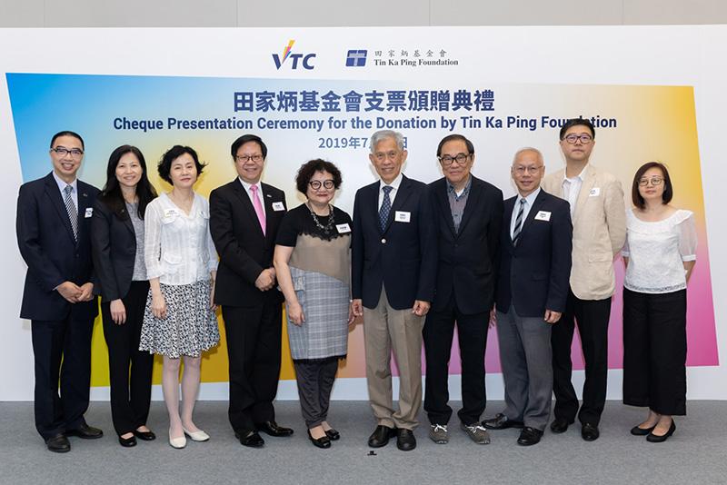 VTC執行幹事尤曾家麗(左五)、副執行幹事梁任城(左四)聯同一眾嘉賓合照,感謝基金會捐贈,支持學生發展活動